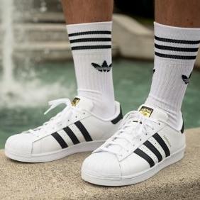 不能错过的人气经典款adidas Superstar贝壳头小白鞋