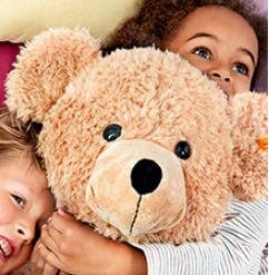 还记得那个萌翻大人和小孩的金耳扣泰迪熊吗? 现在Steiff 来啦!毛绒玩具+童装