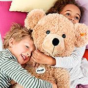 还记得那个萌翻大人和小孩的金耳扣泰迪熊吗? 现在Steiff 的毛绒玩具和童装来啦!