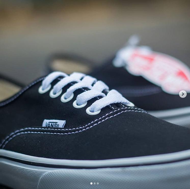 Vans经典款黑色帆布鞋