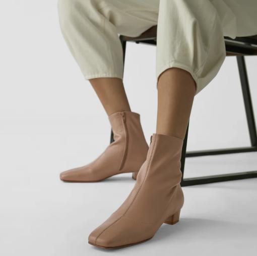 秋冬必备的时尚感十足小短靴!BY FAR米色皮革踝靴